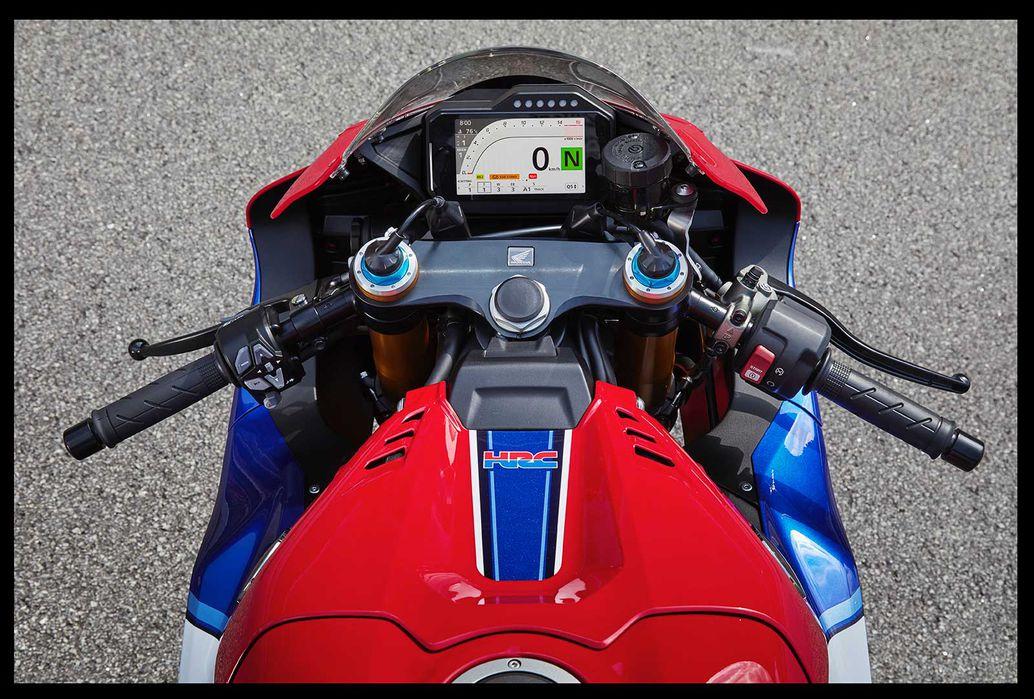 Việc điều chỉnh các chế độ và cài đặt người lái của Honda CBR1000RR-R Fireblade SP 2021 được thực hiện thông qua thiết bị chuyển đổi ở đầu thanh bên trái.