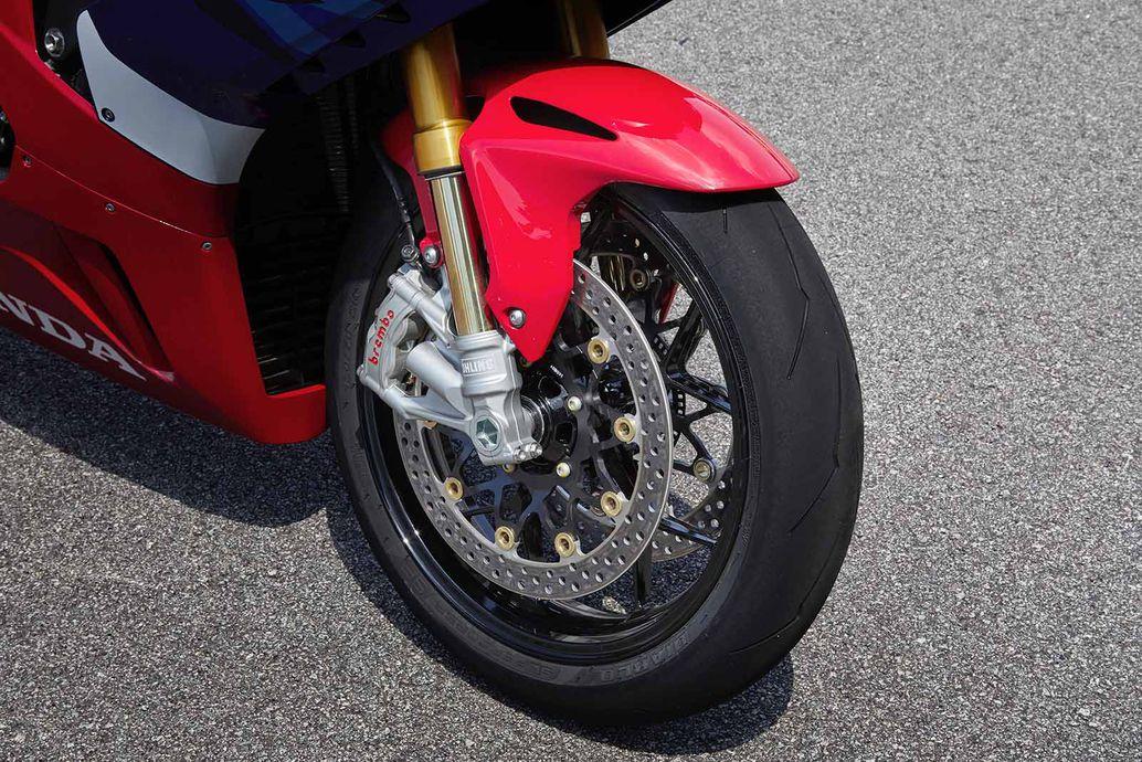 Thước cặp Brembo Stylema bóp đĩa 330mm lớn hơn 10 mm và dày hơn 5 mm.
