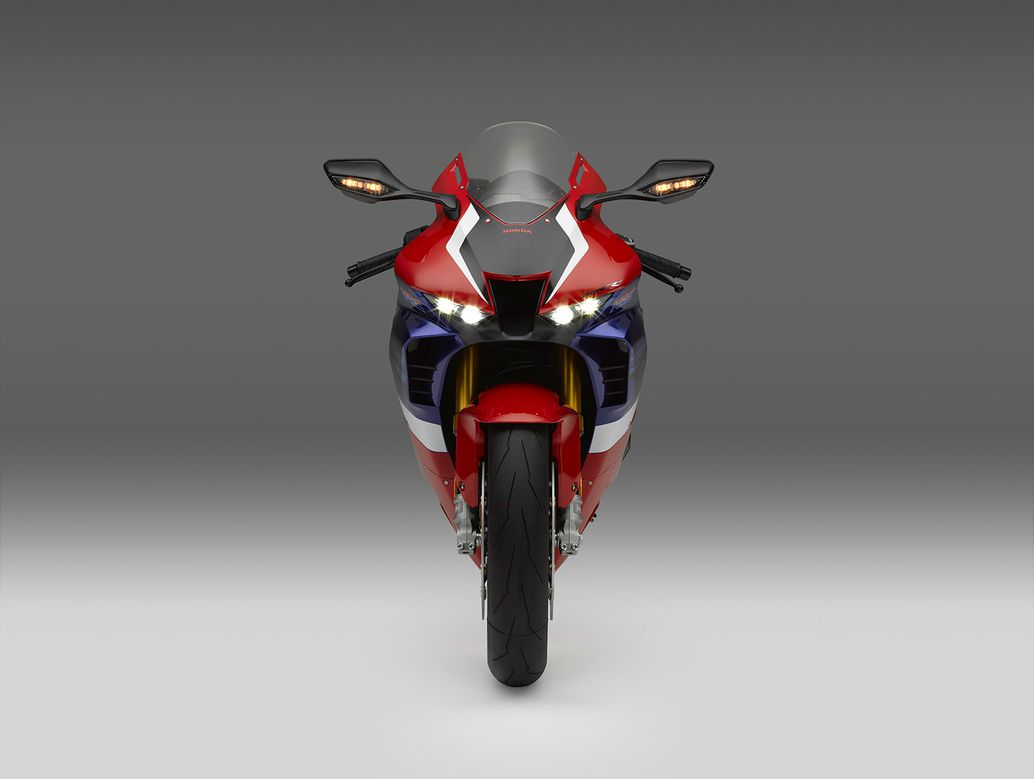 2021 Động cơ của Honda CBR1000RR-R Fireblade SP thông qua ống dẫn khí ram đặt phía trước và trung tâm.