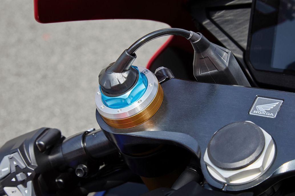 Người lái có thể điều chỉnh hệ thống treo bán chủ động Điều khiển điện tử với ba cài đặt riêng có thể điều chỉnh trong khi trên đường đua.