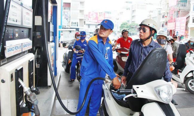 Giá xăng giảm mạnh về mức dưới 12.000 đồng/lít từ 15h chiều nay