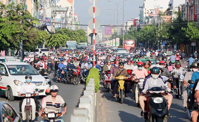 Chú ý quan sát, tránh đi vào giữa tâm đường hay trước đầu xe tải, xe container... khi tham gia giao thông tại VN