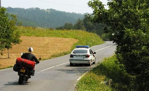 Chỉ vượt xe khác khi quãng đường phía trước đủ an toàn. Ảnh: Lazymotobike.