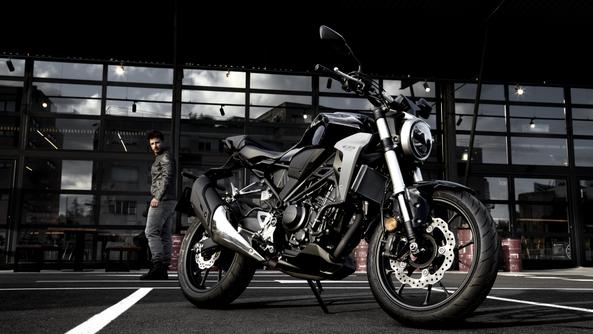Honda CB650R màu đen bạc